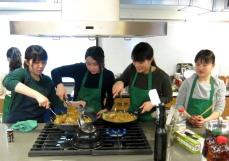 Making yakisoba (fried noodles)